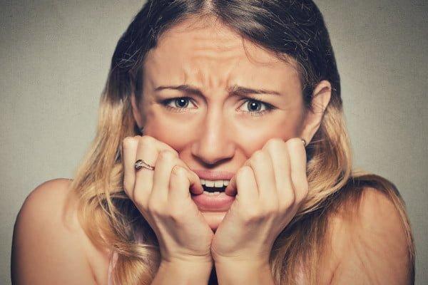 Mujer con ansiedad que necesita un psicólogo