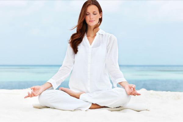 Mujer haciendo mindfulness, meditación, relajación, respiración