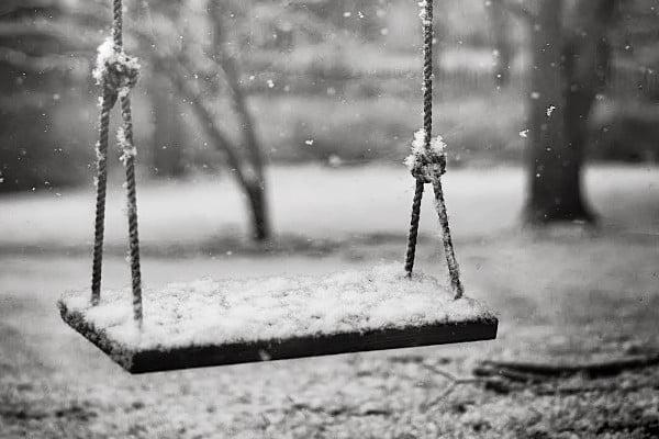 Duelo, un columpio vacío en invierno simboliza la pérdida