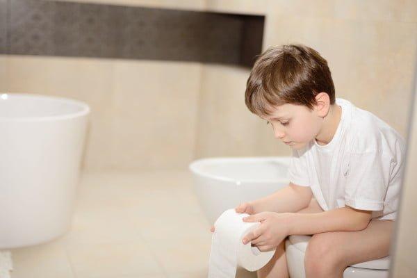 Encopresis, niño con incontinencia fecal en el baño