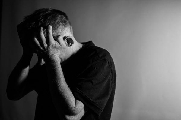 Hombre que parece desquiciado, deprimido