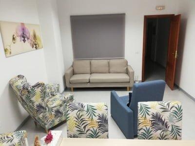Despacho Psicologo Tenerife La Laguna Lorena Castañeda Gutiérrez La zona de los sillones y parte de la mesa de despacho