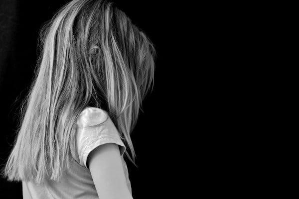 Estado de ánimo, niña muy triste, de lado