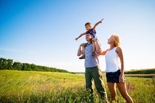 Familia feliz, terapia familiar. Están al aire libre