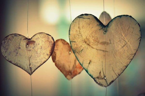 Tres corazones colgantes, representan el afecto en pareja tras la terapia