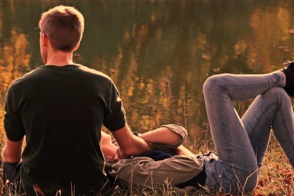 Pareja satisfacha sexualmente, imagen feliz, relajada, el campo