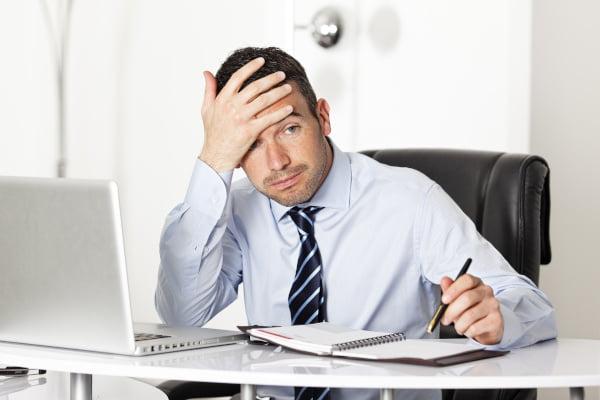 Problemas laborales. Hombre con dificultades en su trabajo