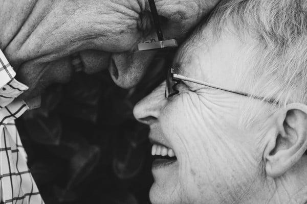 Pareja muy feliz de ancianos. Terapia de pareja