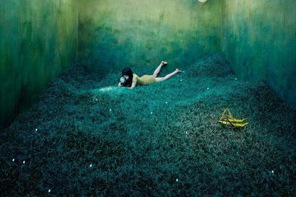 Psicologo infantil, dibujo en el que aparece una niña en una habitación que representa un paisaje
