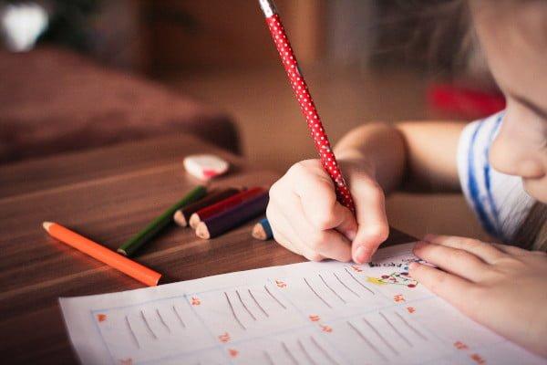 Fracaso escolar, se ve a un niño o niña haciendo la tarea