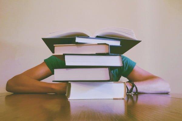 Técnicas de estudio, chica estudiante agobiada